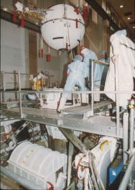 Il satellite viene calato nella struttura di supporto.  In primo piano il verricello